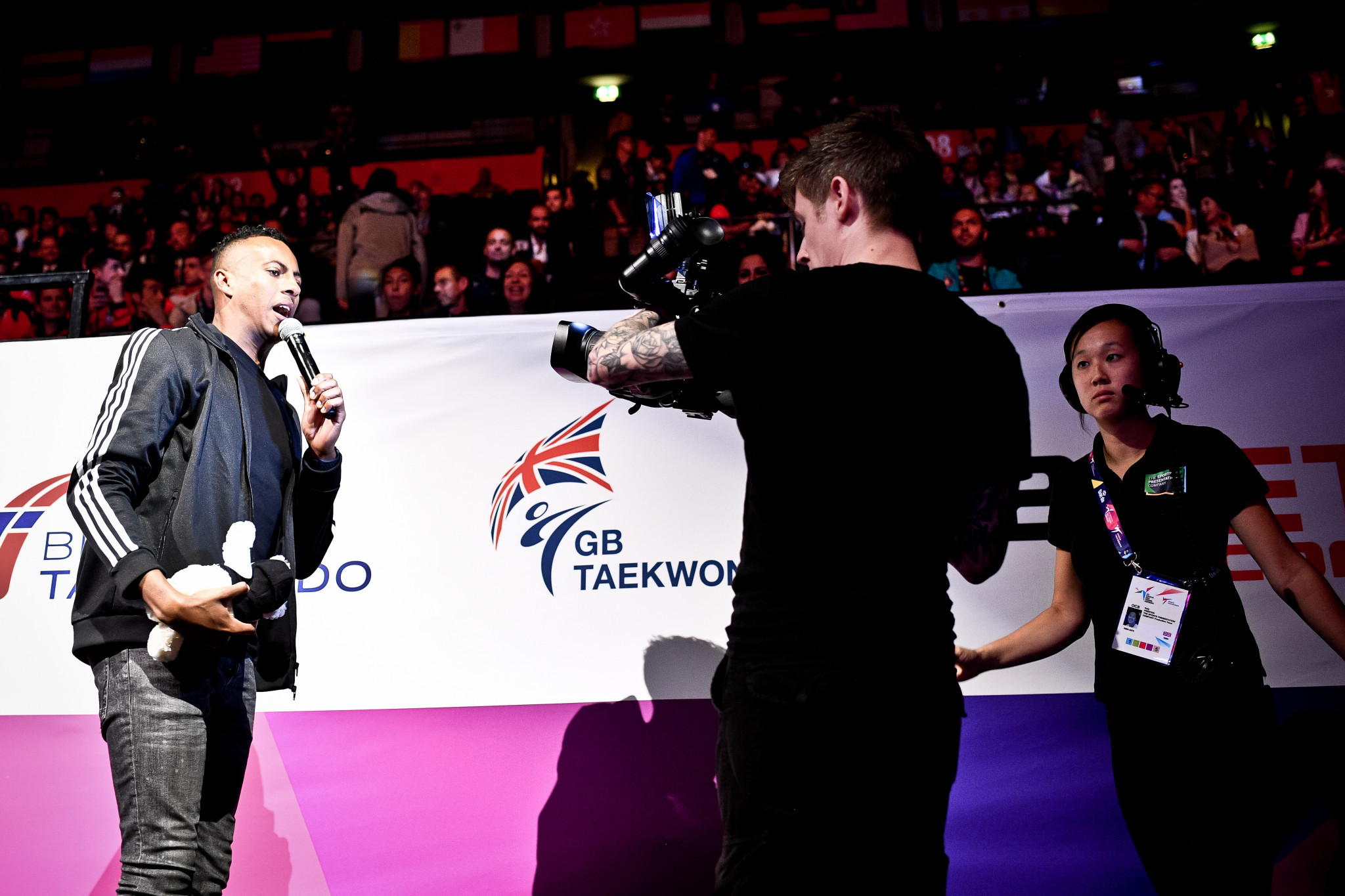 The atmosphere at Manchester Arena was amplified by the presenters throughout the day ©World Taekwondo