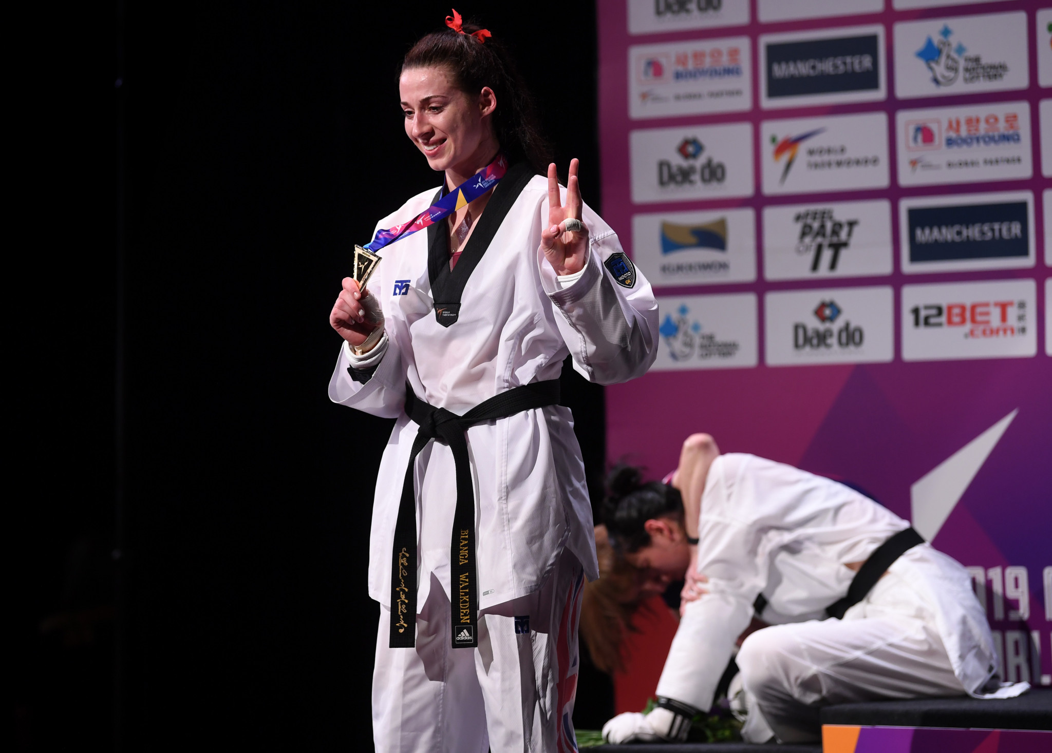 Zheng Shuyin of China cries as Britain's Bianca Walkden celebrates her third world title ©Getty Images