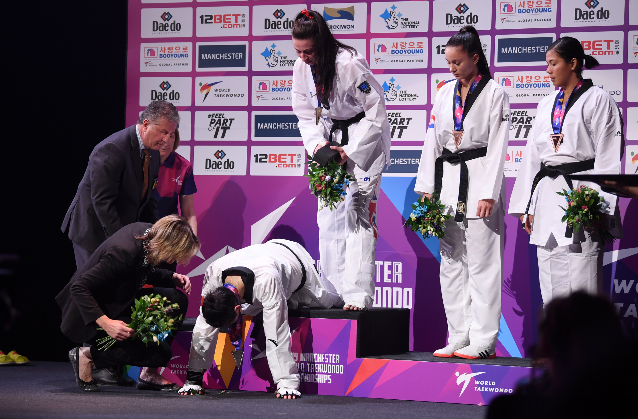 China's Zheng Shuyin collapsed to the floor in tears during the women's over-73kg medal ceremony ©Getty Images