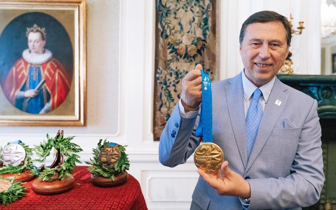 Minsk 2019 chief executive Georgiy Katulin unveiled the European Games medals during a special ceremony at Mir Castle where it was revealed that a total of 1,084 have been produced ©Minsk 2019