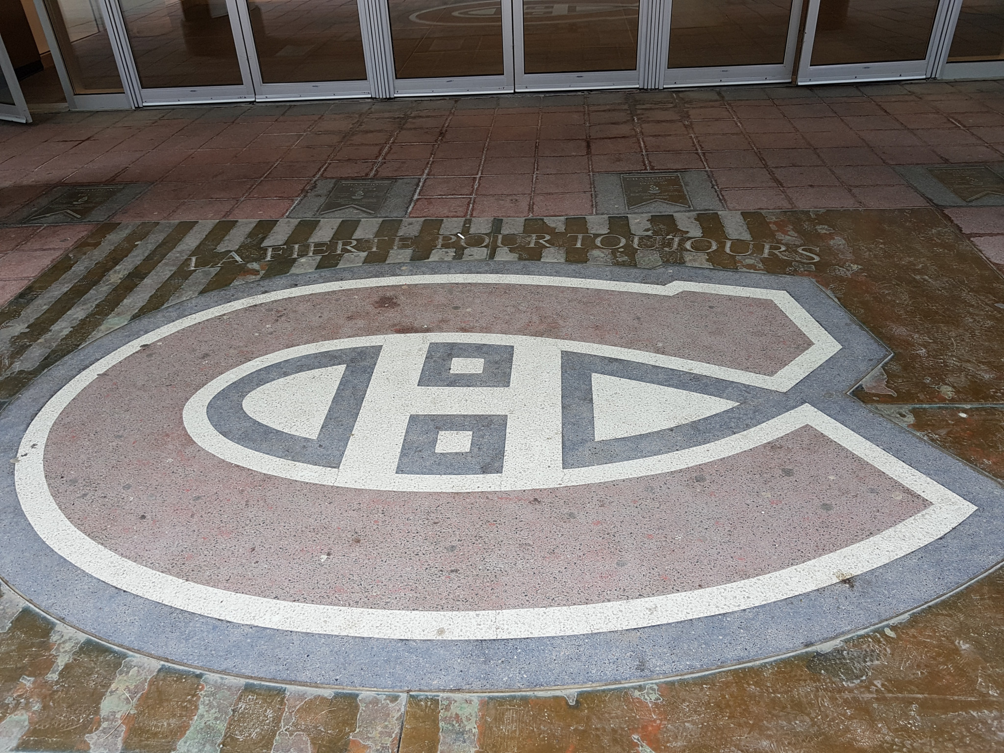 A faded crest was one of the few reminders that ice hockey's greatest team, the Montreal Canadiens, played at the Montreal Forum ©ITG