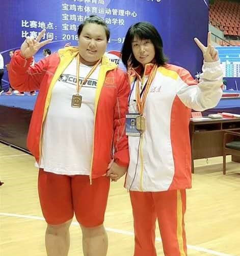 Chinese weightlifting talent Li Wenwen and coach Guan Yongmei ©Cao Wenyuan