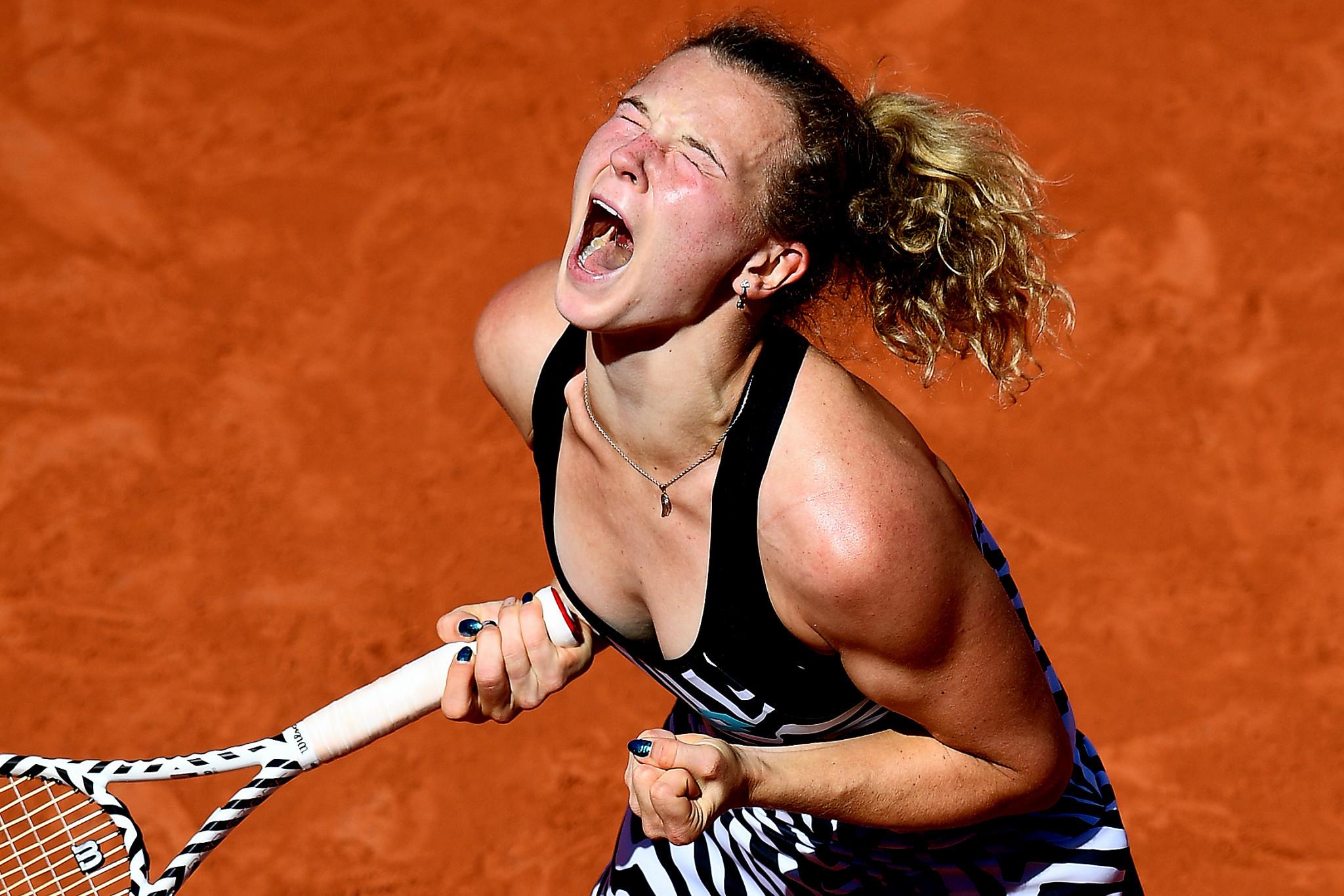 Siniaková overpowers French Open top seed Osaka