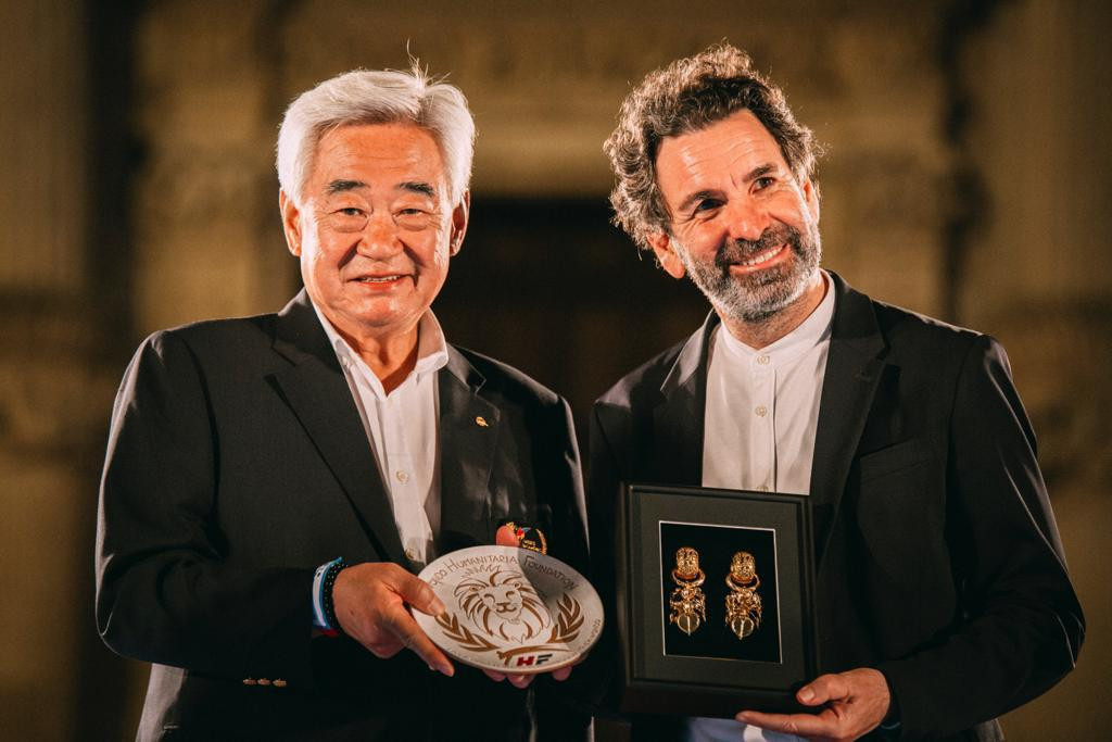 World Taekwondo President Choue Chung-won, left, receives a gift from Carlo Salvemini, Mayor of Lecce ©WT