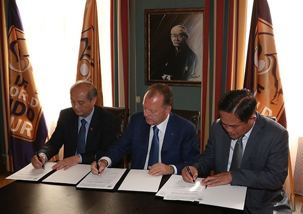 The trio signed a Memorandum of Understanding to promote and develop judo in Vietnam ©IJF