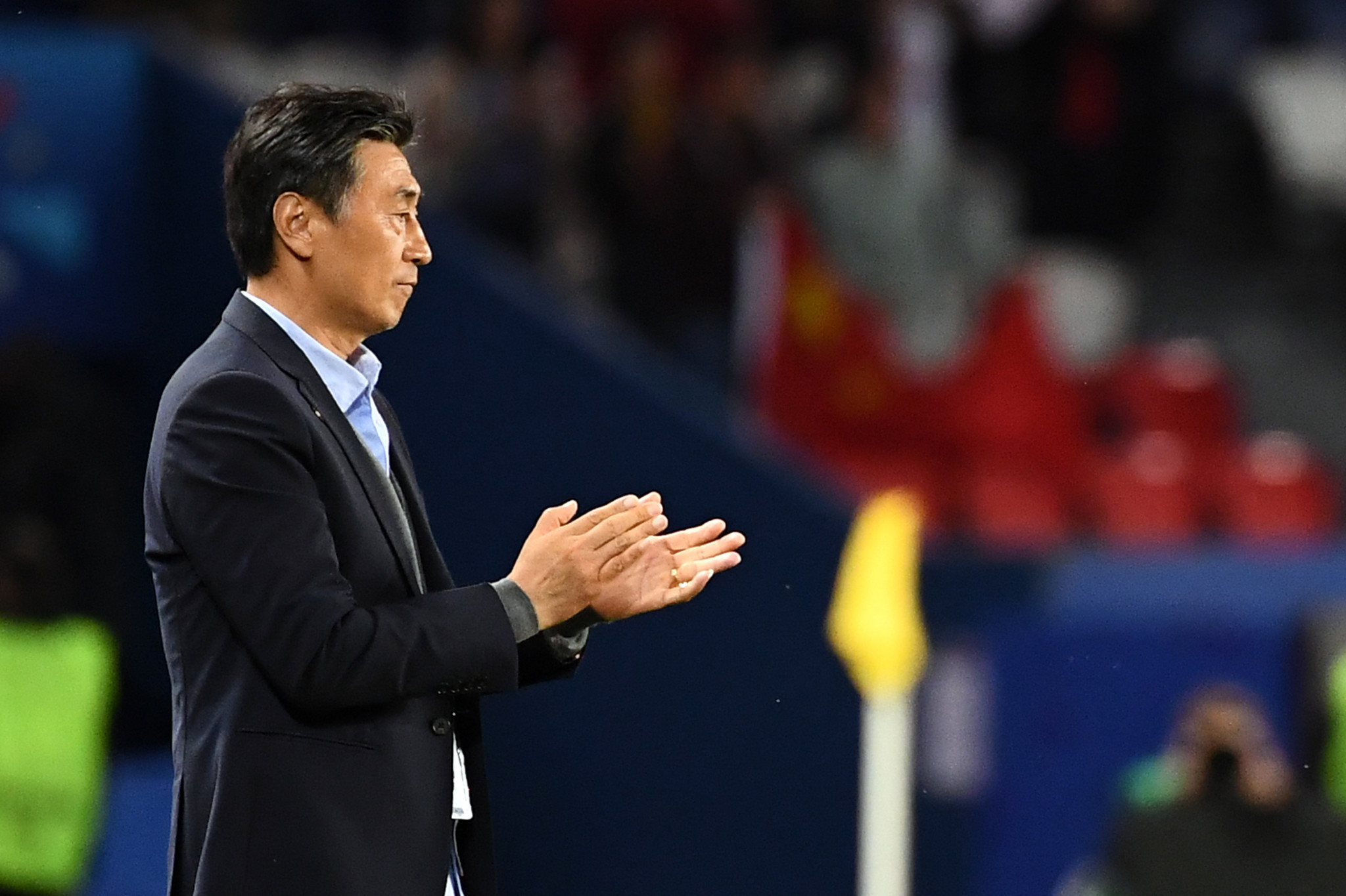 China's coach Xiuquan Jia applauds his side ©Getty Images
