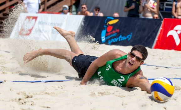 Brazilian Alvaro Morais Filho gets down low for a dig attempt ©FIVB