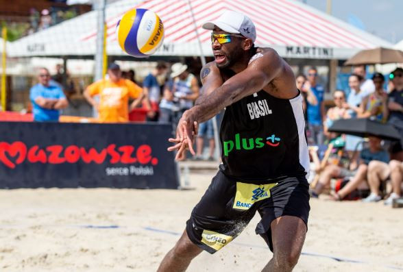 Brazilian Evandro Gonçalves de Oliveira Junior in action during the pool stages of the International Volleyball Federation Beach World Tour in Warsaw ©FIVB