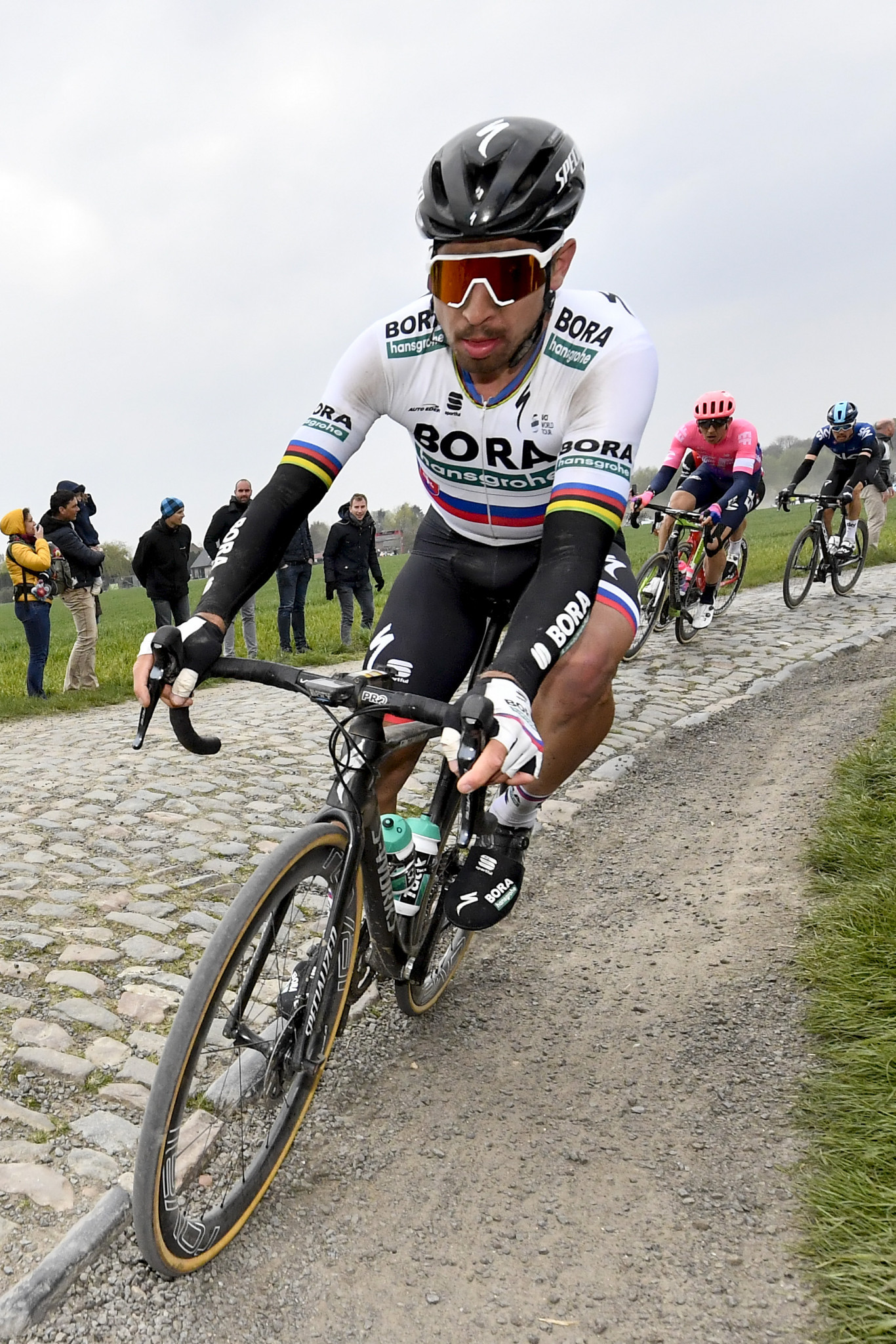 Sagan outsprints Viviani to take Tour de Suisse yellow jersey