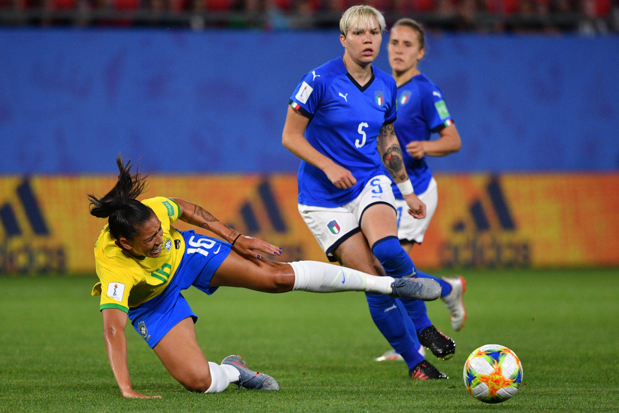Brazil forward Beatriz vies with Italy defender Elena Linari ©Getty Images