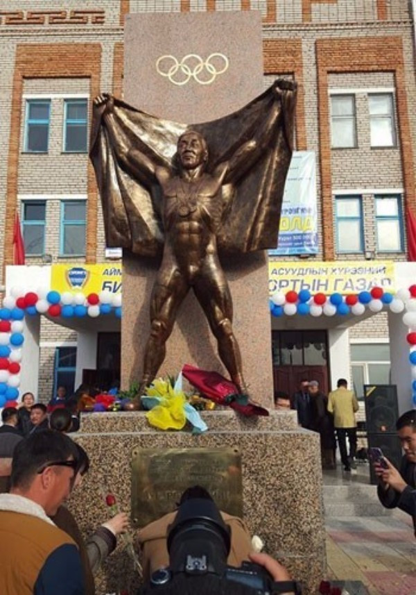Mongolian National Olympic Committee help unveil statue for Moscow 1980 bronze medal winning wrestler