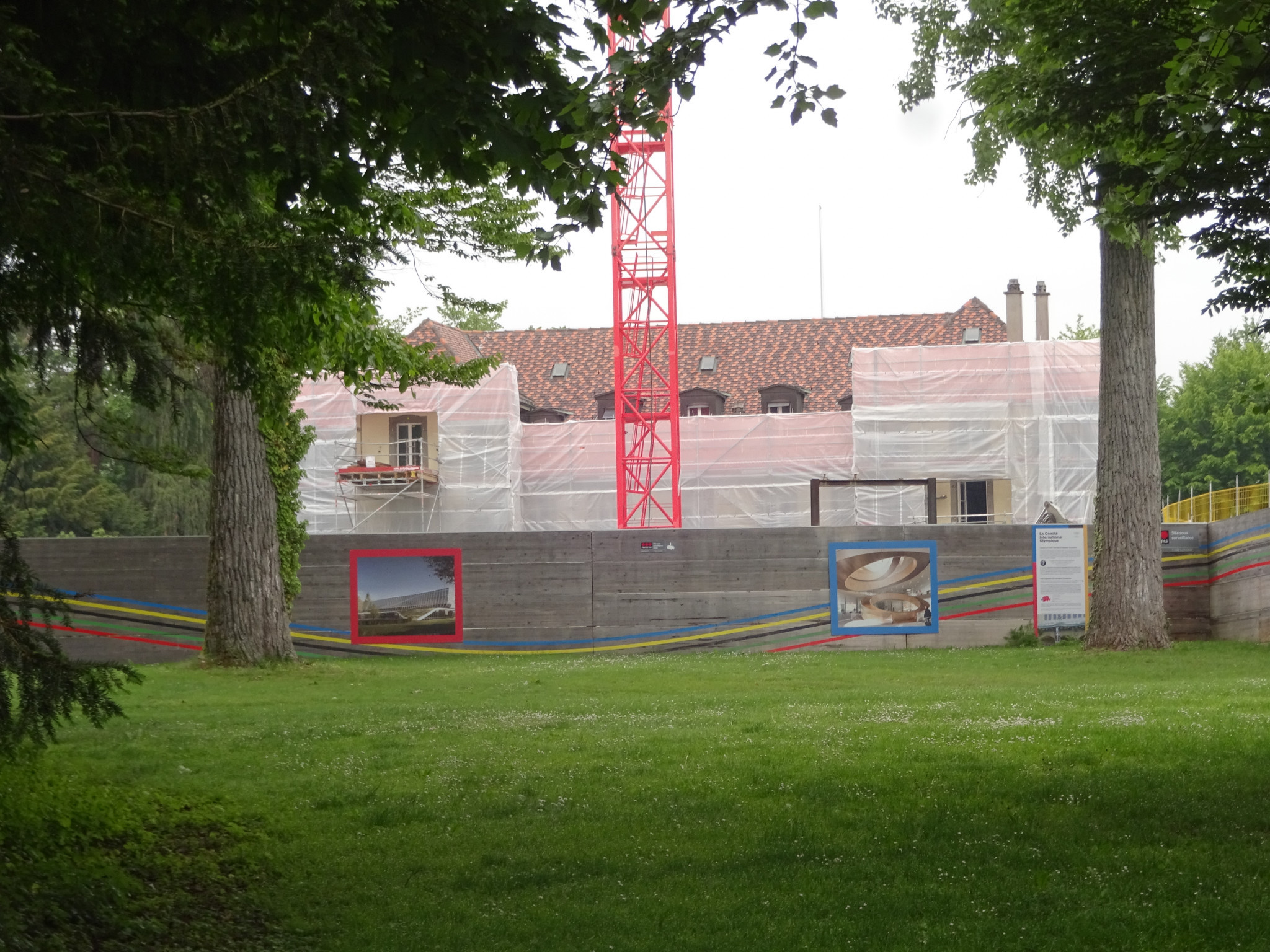 Chateau de Vidy swathed in protective sheeting during construction of the new IOC home ©ITG