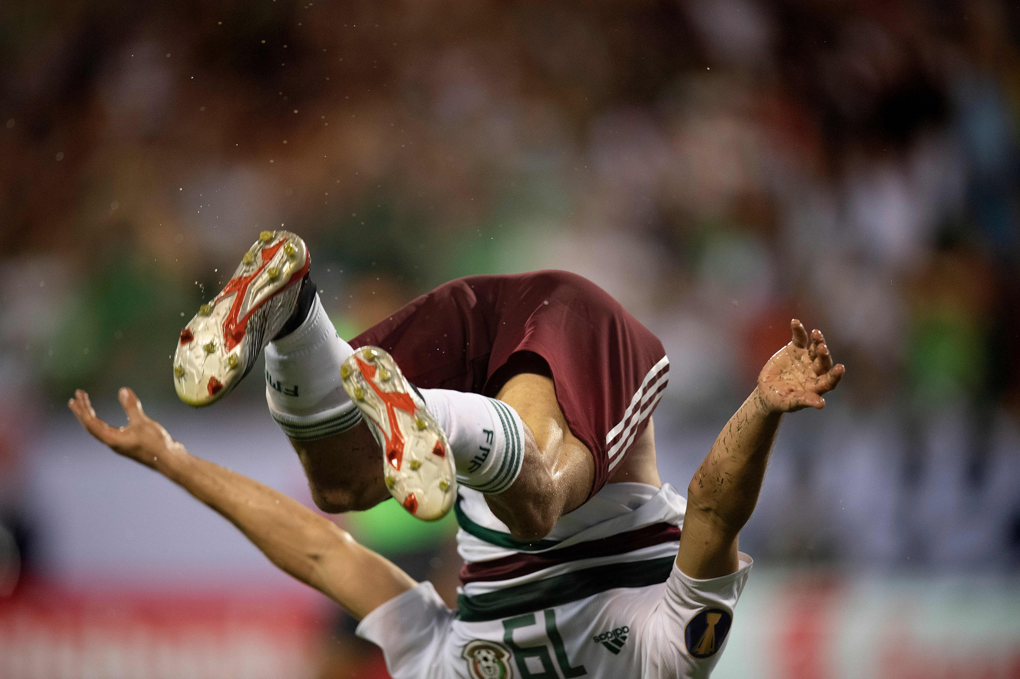 Fernando Navarro acrobatically celebrates his goal for Mexico against Martinique ©Getty Images