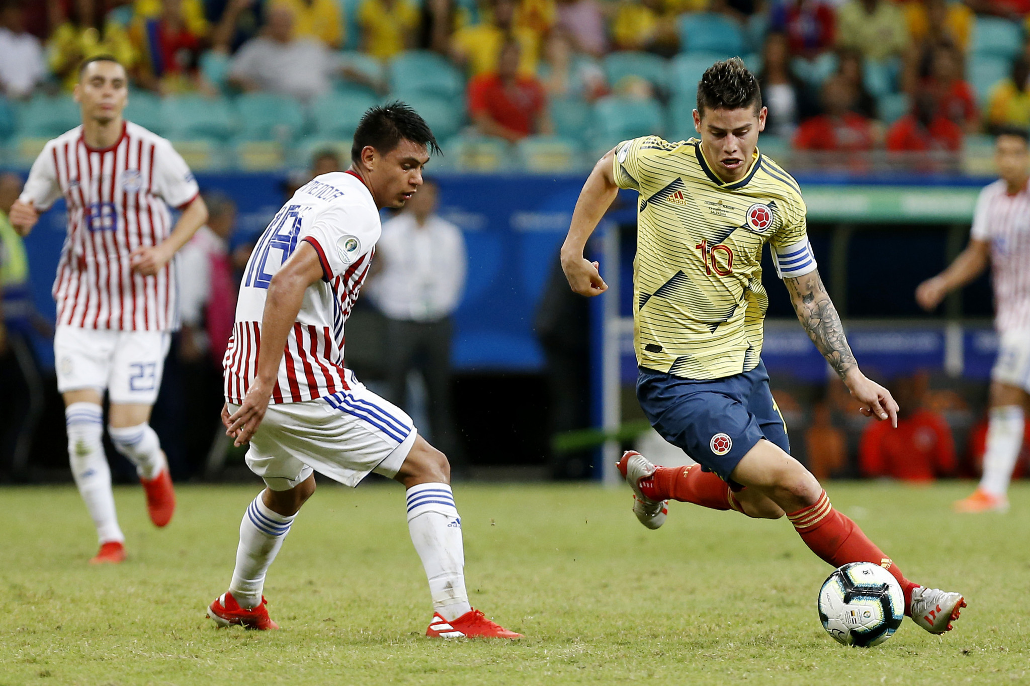 James Rodriguez of Colombia competes for the ball with Santiago Arzamendia of Paraguay ©Getty Images