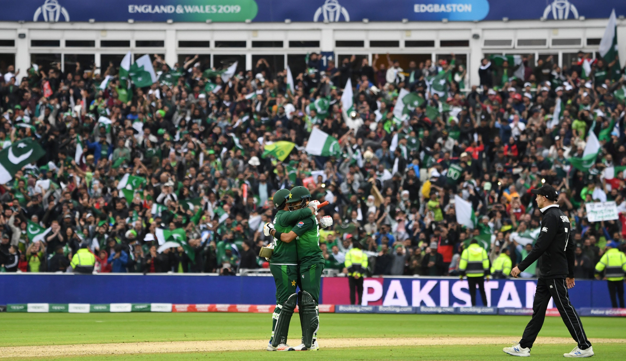 Pakistan beat New Zealand to keep semi-final hopes alive at Cricket World Cup
