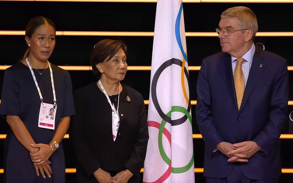 Thailand's Nat Indrapana's received a posthumous Olympic Order award, which was presented to his wife Didi, centre, by International Olympic Committee President Thomas Bach ©IOC