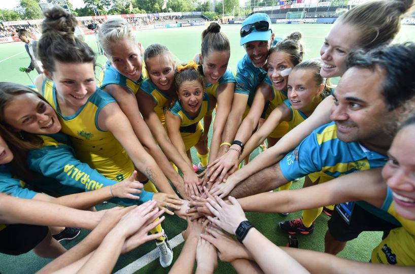 The Australian team celebrates after defeating Argentina 4-3 in a shootout victory at Wagener Stadium in Amsterdam ©FIH/Twitter