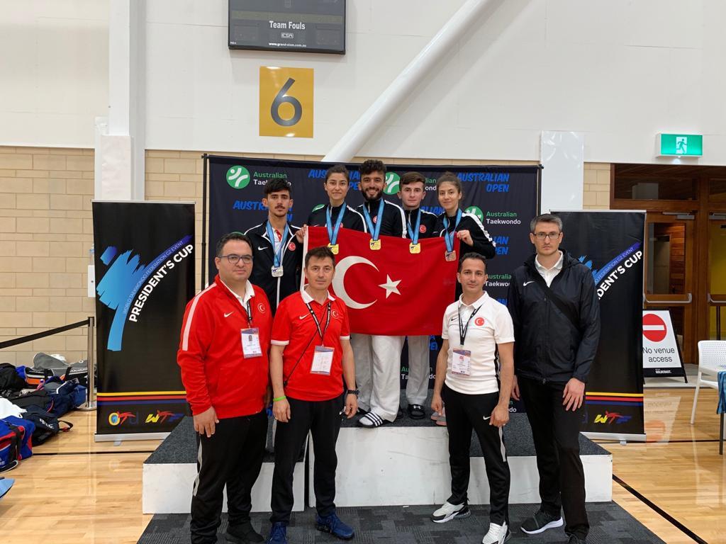 Turkey's athletes celebrate their medals ©Twitter/Turkey Taekwondo Federation