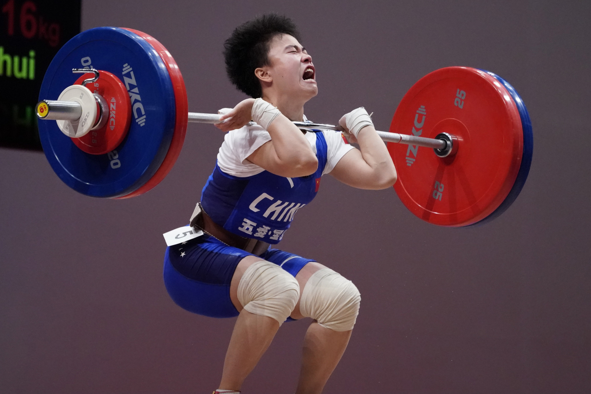 Hou Zhihui of China takes the strain in the women's 49kg ©Getty Images