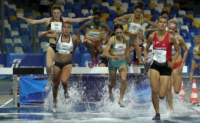 Competitors make a splash during the women's 3,000m steeplechase final ©Naples 2019