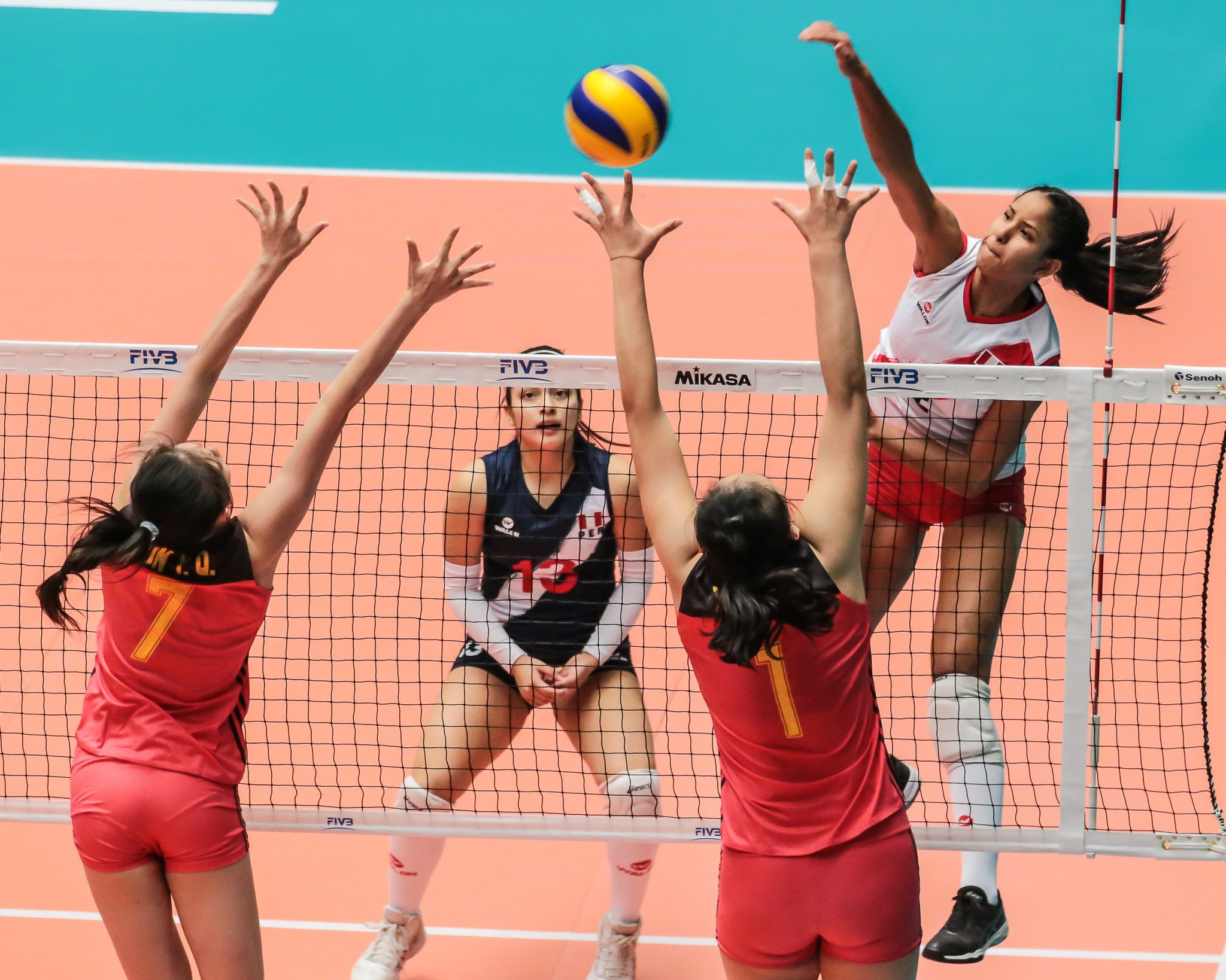 Defending champions China fell to defeat against Peru on the opening day of the FIVB Women's Under-20 World Championship in Mexico ©FIVB