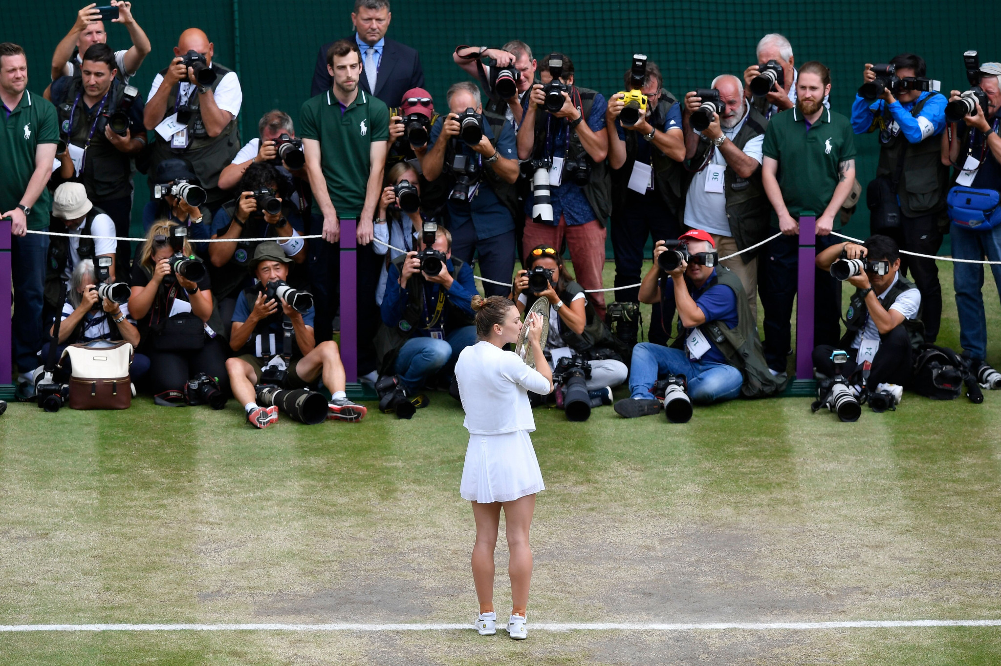 The Romanian poses for the cameras with the Venus Rosewater Dish ©Getty Images