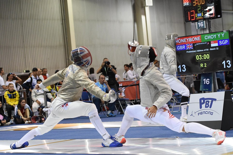 Singapore's Choy Yu Yong sealed his place in the last 64 of the men's sabre draw by beating Britain's James Honeybone ©#BizziTeam/FIE/Facebook