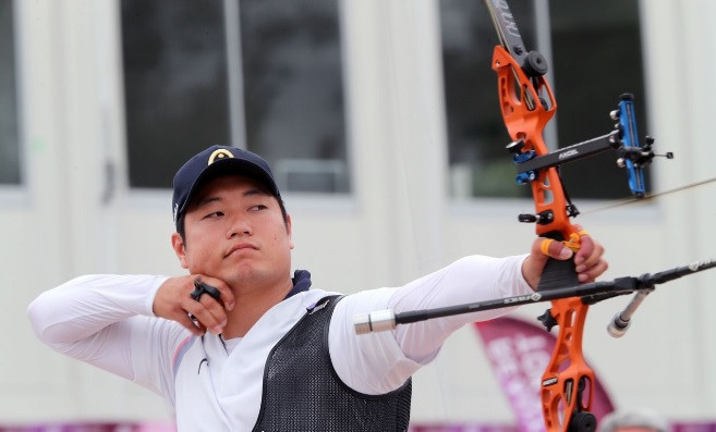 Lee Seung-yun was too strong in the final as he recorded a 6-0 win over Kim Woo-jin ©World Archery