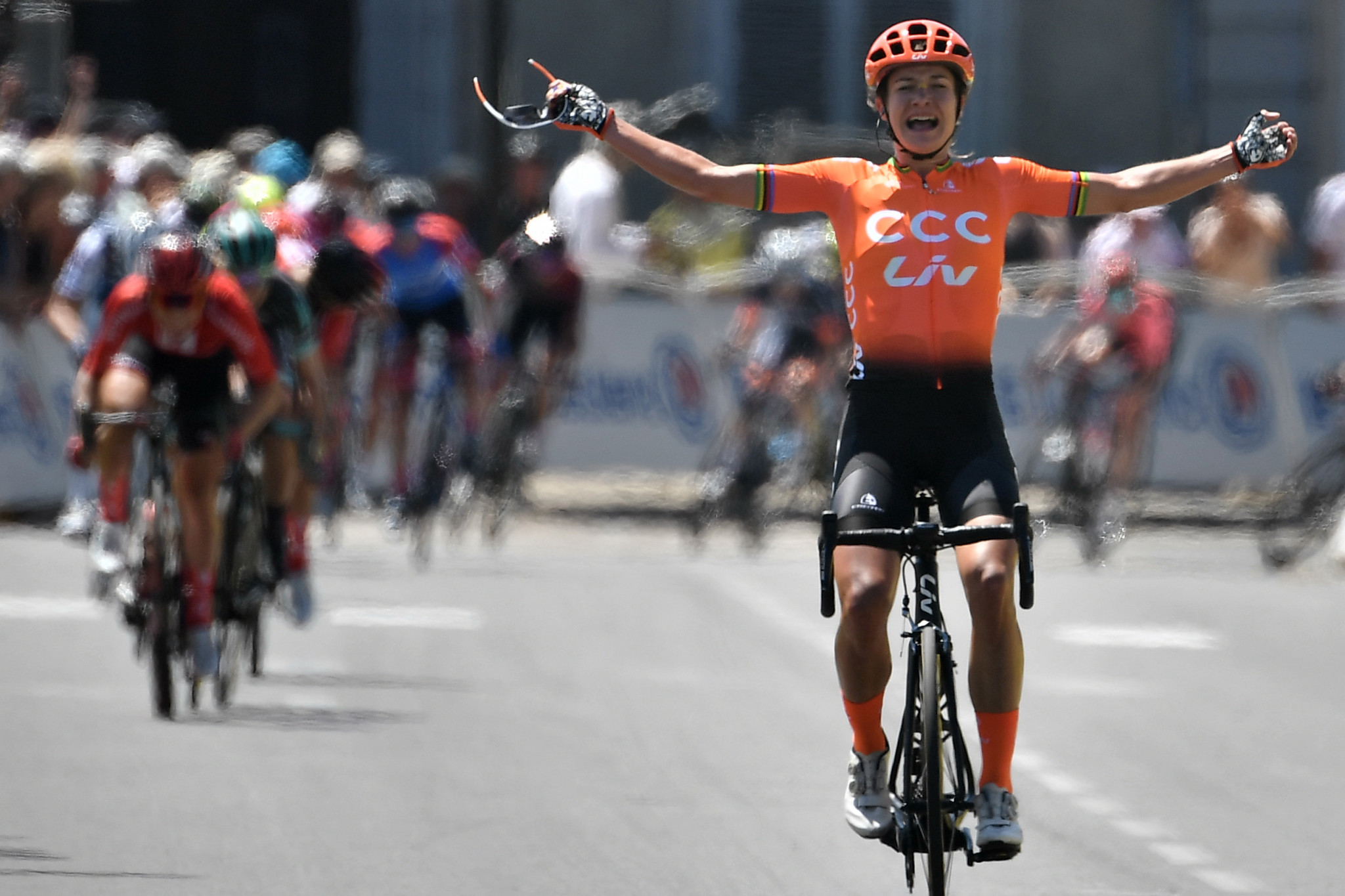 Vos claims second La Course title with late surge