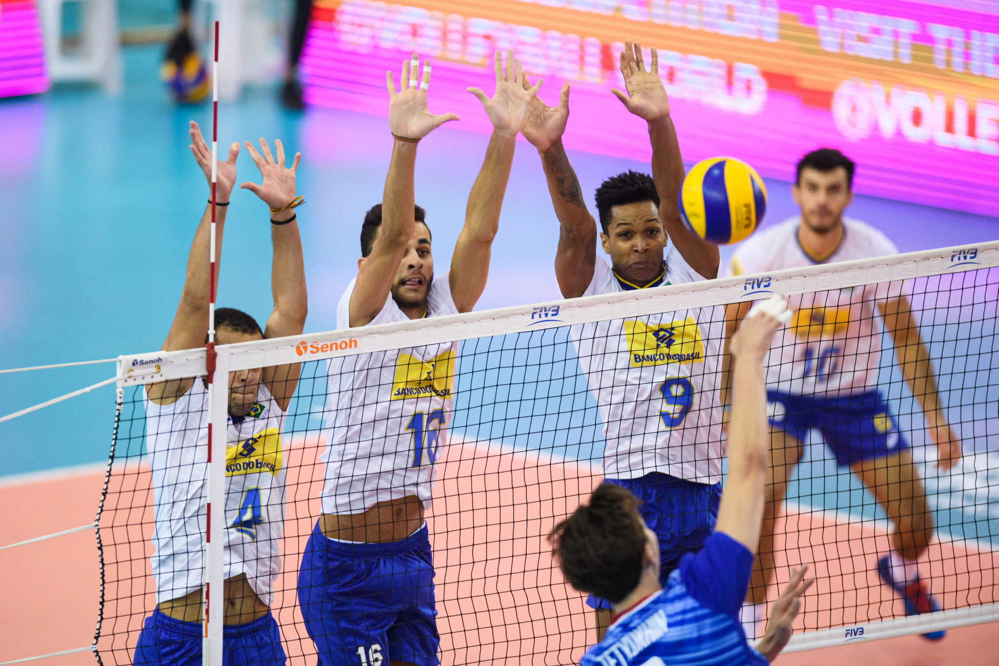 Brazil saw off Russia to reach the semi-finals ©FIVB