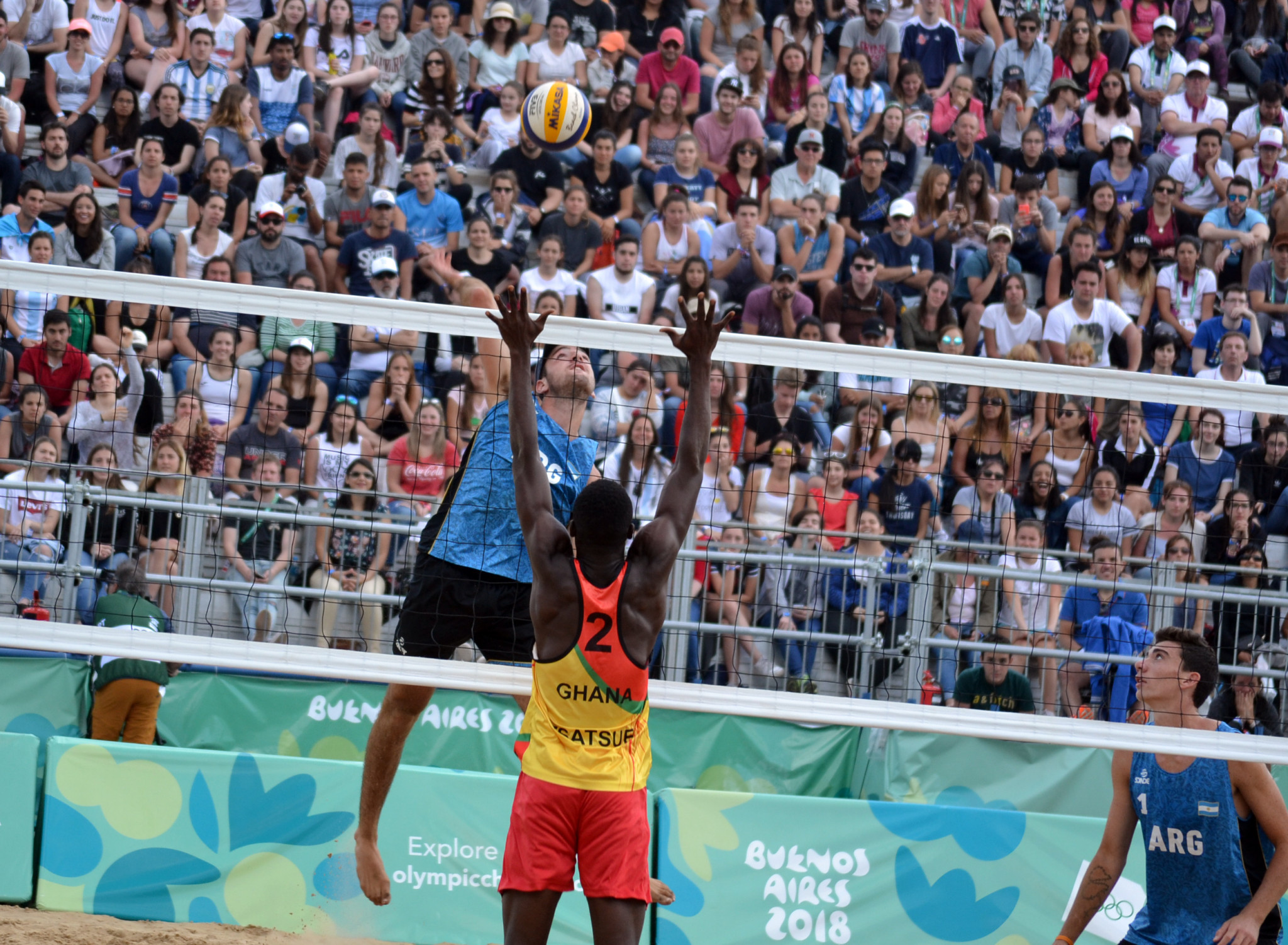 Bautista Amieva, pictured helping the home team win bronze in last year's Youth Olympic Games in Buenos Aires, will be giving his all again at a home venue when the FIVB Snow Volleyball World Tour event starts in Bariloche ©FIVB
