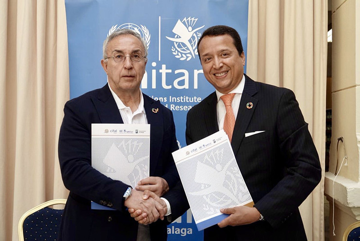 Alejandro Blanco, left, signed the deal with Alex Mejía ©COE