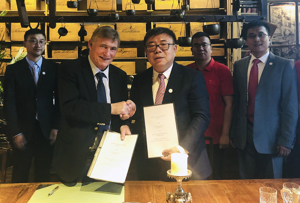 ISU President Jan Dijkema, left, signed the deal with Ni Huizhong ©ISU