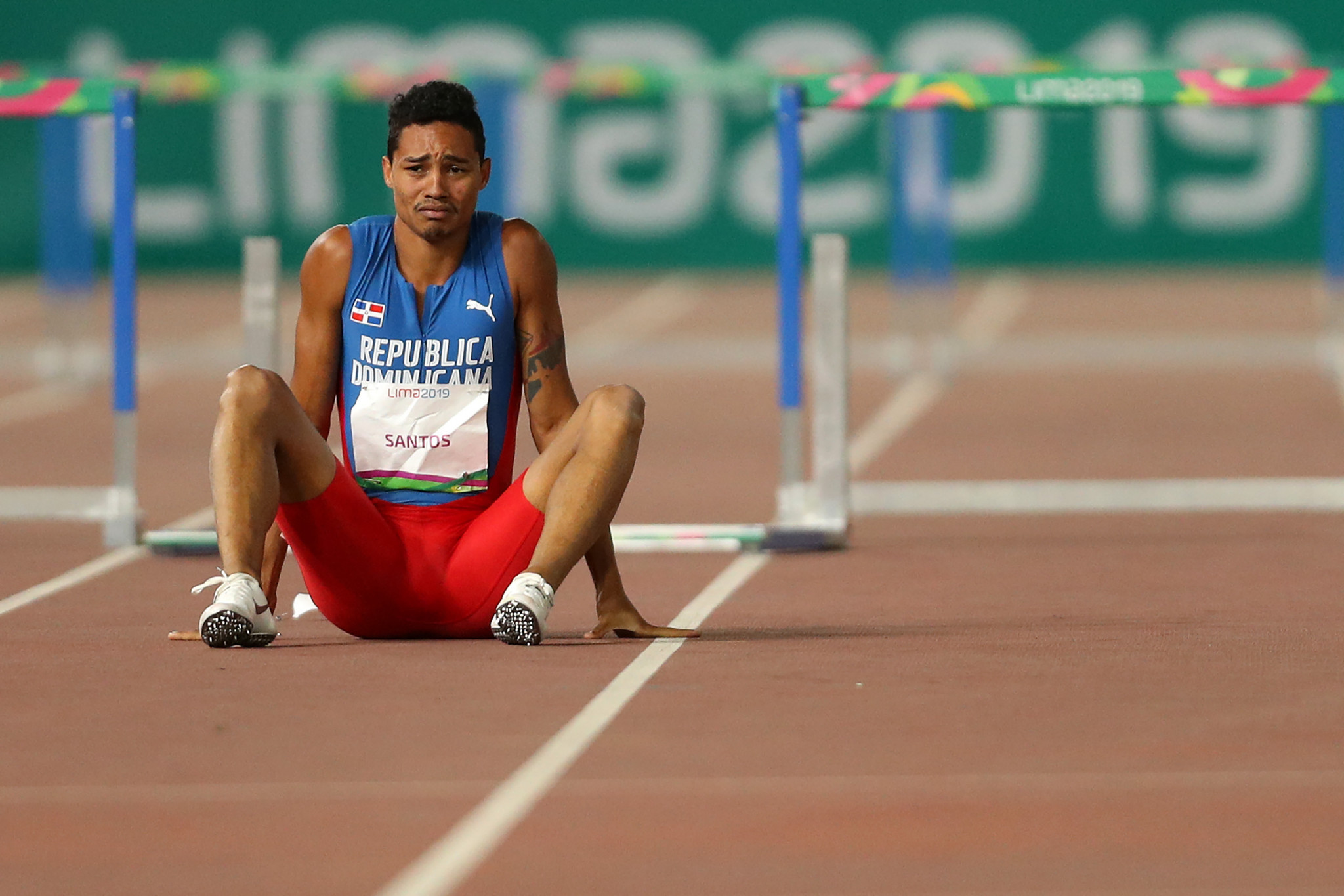 Juander Santos hit the final hurdle to move from first to last ©Getty Images