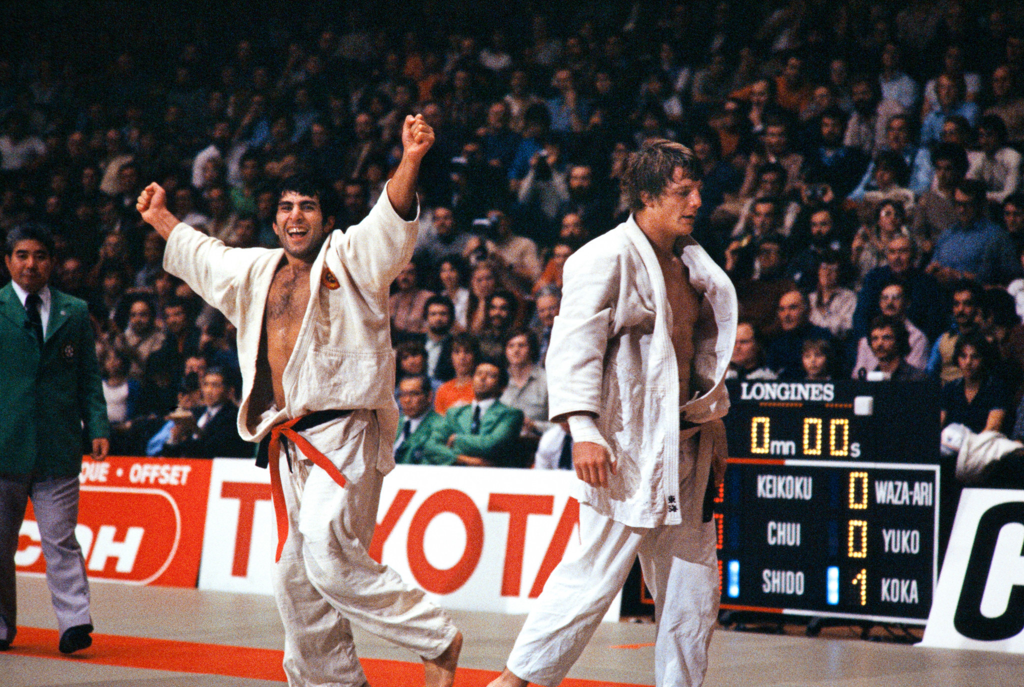 Belgium's Robert Van de Walle reacts (R) after his defeat against Georgian Tengiz Khubuluri(L) during the Judo World Championships in Paris, on December 1979 ©Getty Images