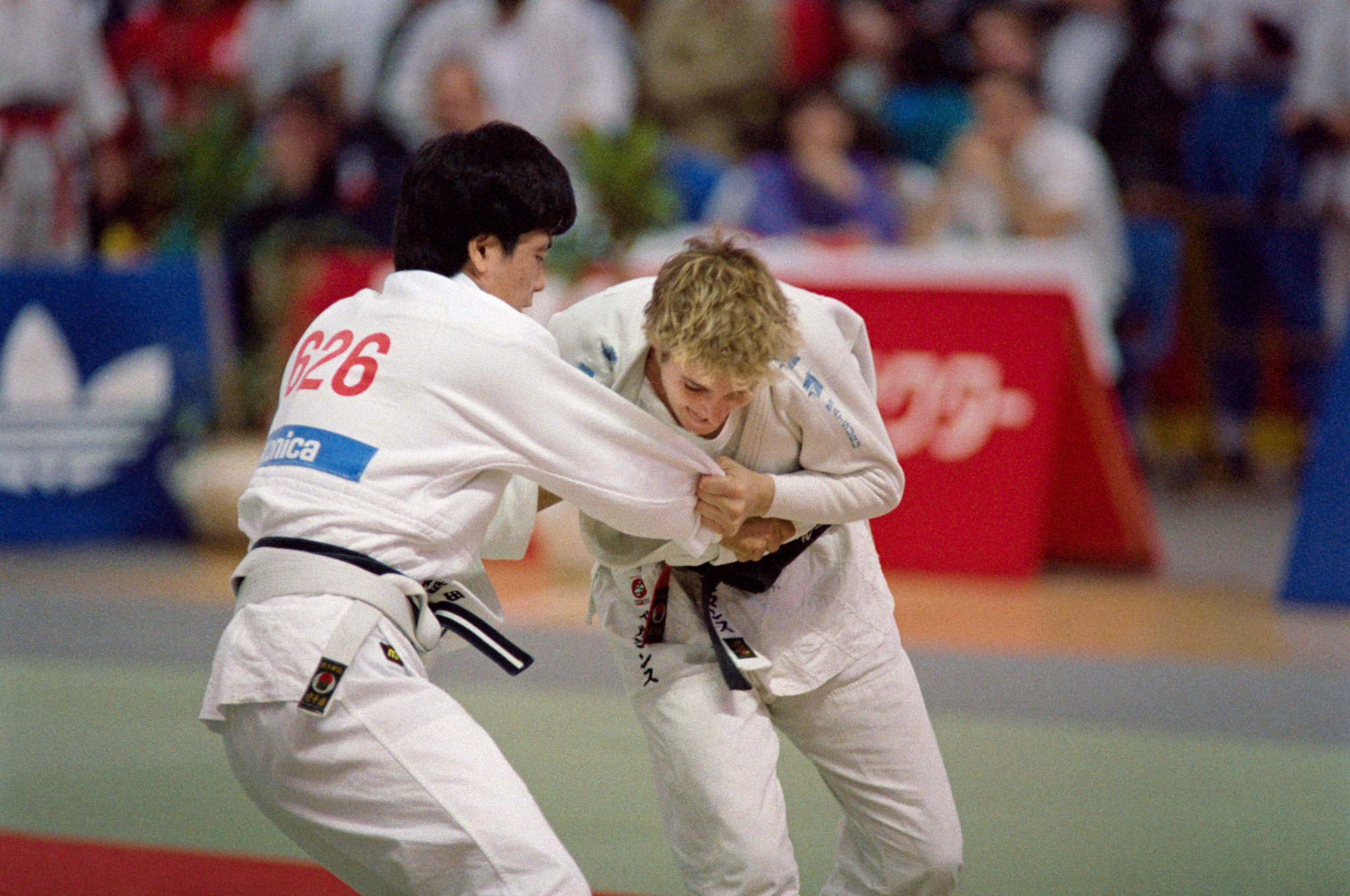 Belgium's Ingrid Berghmans (R) fights Japan's Yoko Tanabe (L) during the Judo World Championships in Belgrad, on October 15, 1989 ©Getty Images