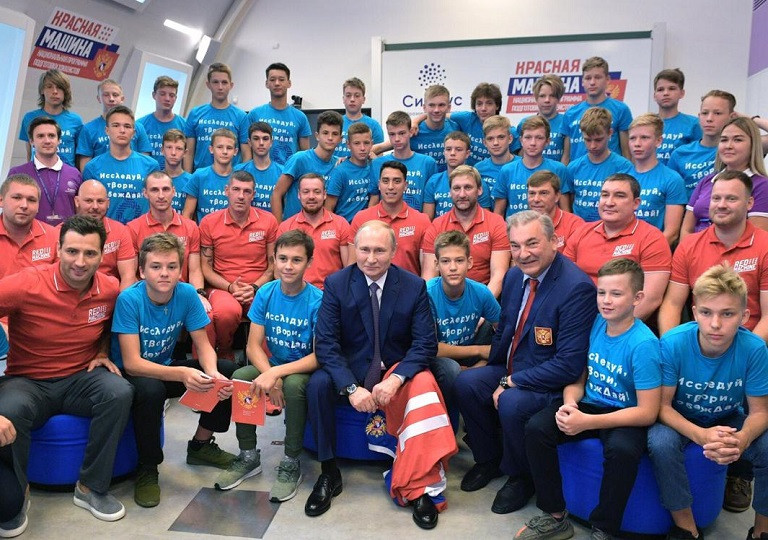 Putin meets promising players at Russian youth ice hockey training programme in Sochi