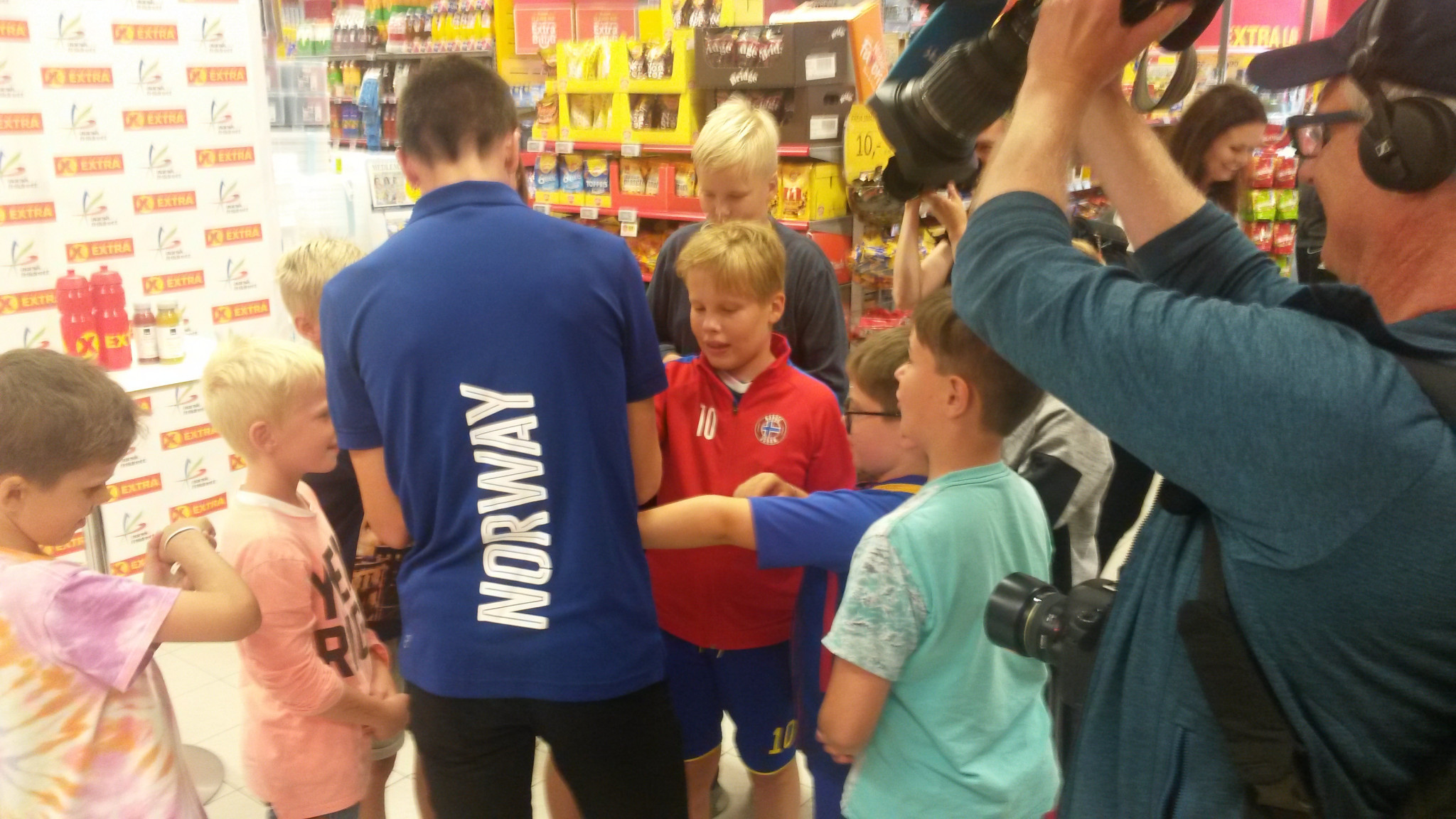 Jakob Ingebrigtsen gets an impromptu autograph signing underway at his local store in Sandnes ©ITG