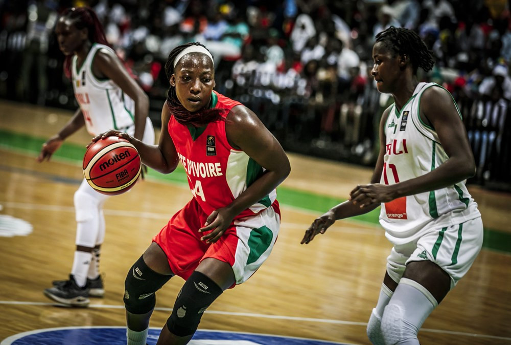 Safiétou Kolga of Ivory Coast vies for possession in her side's defeat to Mali in Dakar ©FIBA