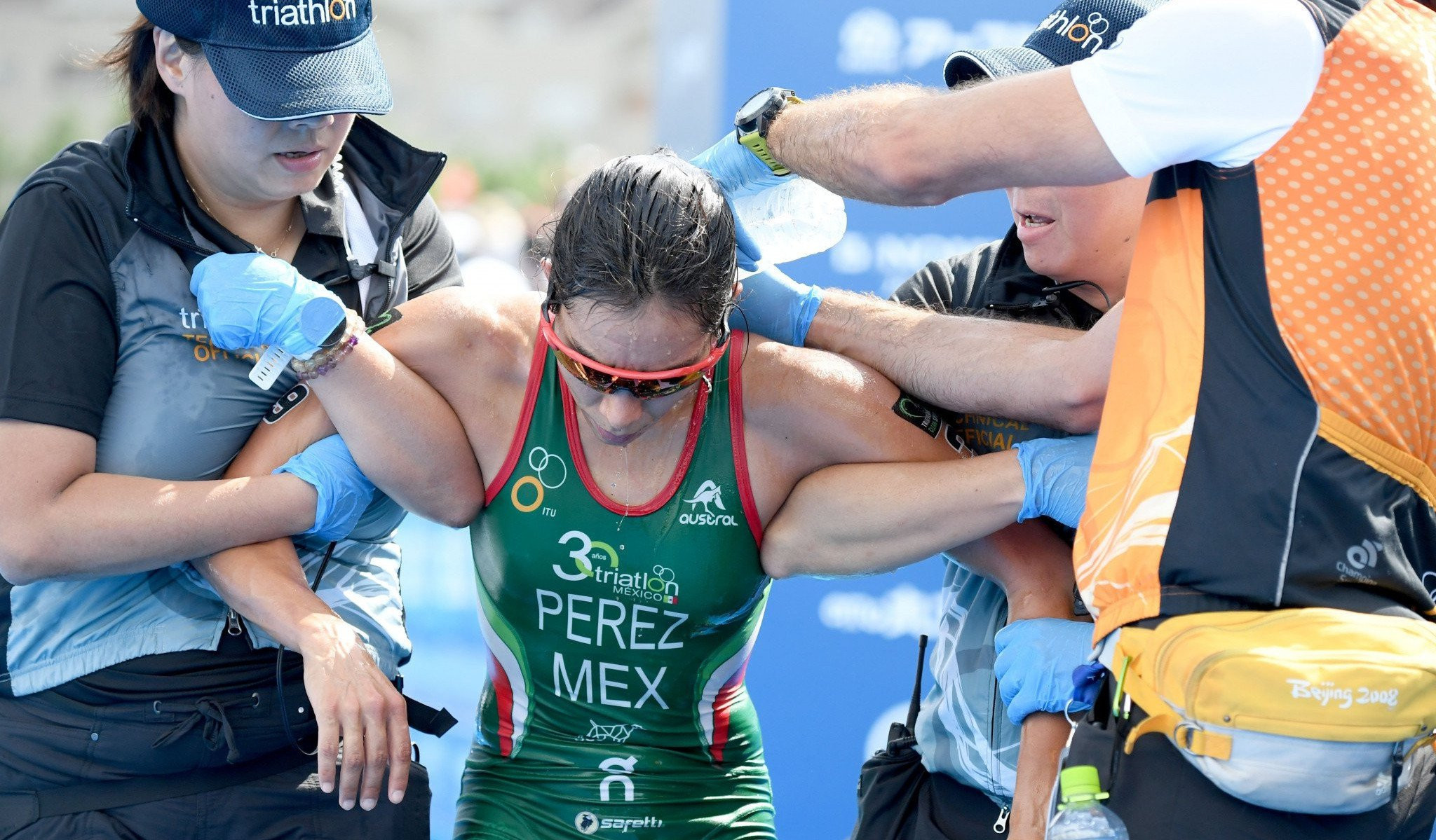 Mexico's Cecilia Perez receives attention after collapsing following the Tokyo triathlon test event in more than 30 degree temperatures ©Getty Images