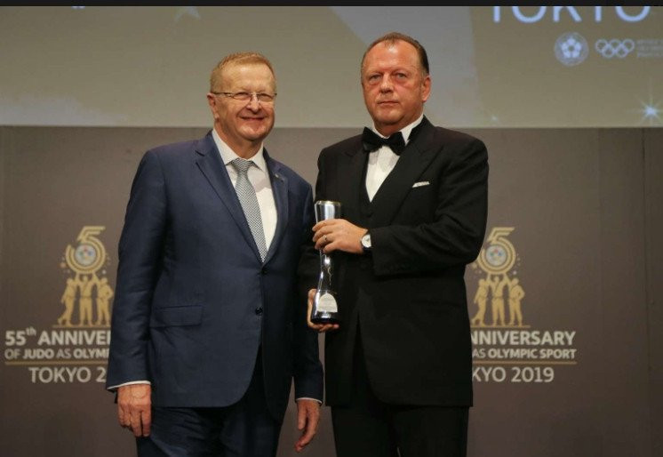 IJF President Marius Vizer, right, receives the IOC President's Trophy, on behalf of IOC President Thomas Bach, from Australia's John Coates ©IJF