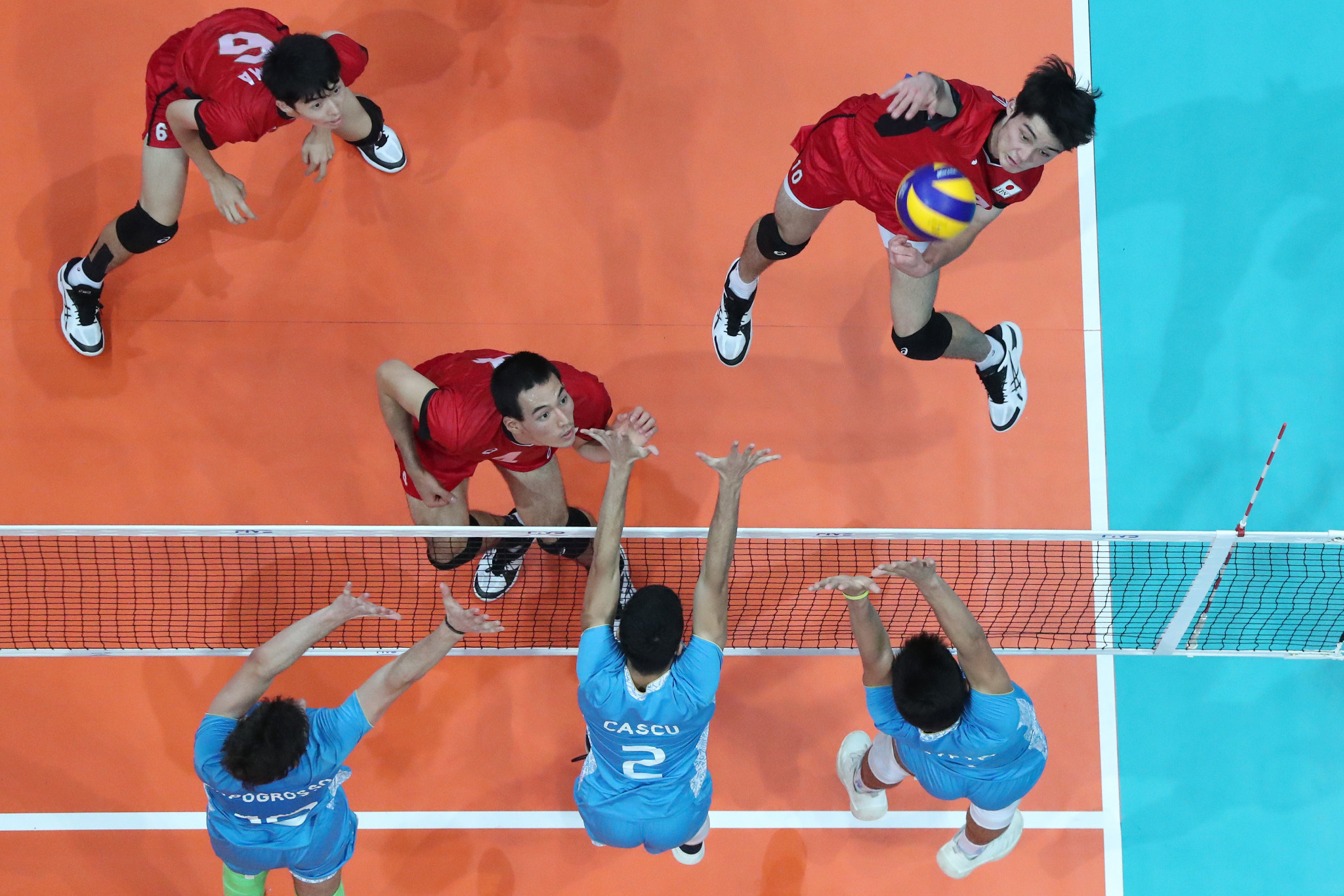 Japan's Tobias Takeshi Shigeto hits against the triple block of Argentina ©FIVB