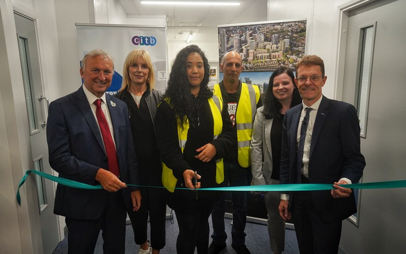 Birmingham City Council leader Ian Ward, left, trainees Imaan Khan and Zubar Akram, Sarah Fenton from CITB, and Mayor of the West Midlands Andy Street, right, officially cut the ribbon to open the construction training hub ©WMCA