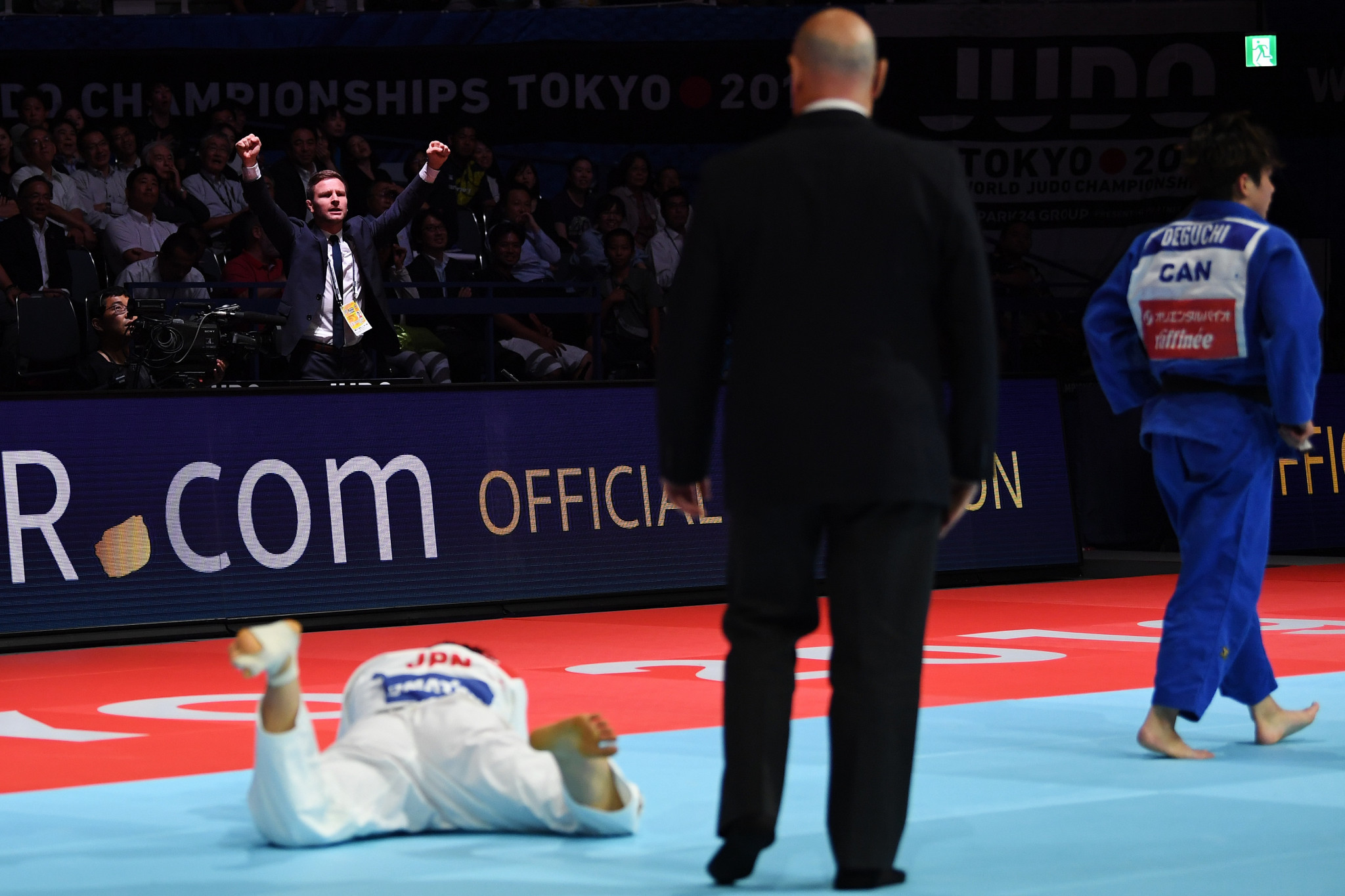 Deguchi's coach celebrates her victory at the Nippon Budokan in Tokyo ©Getty Images