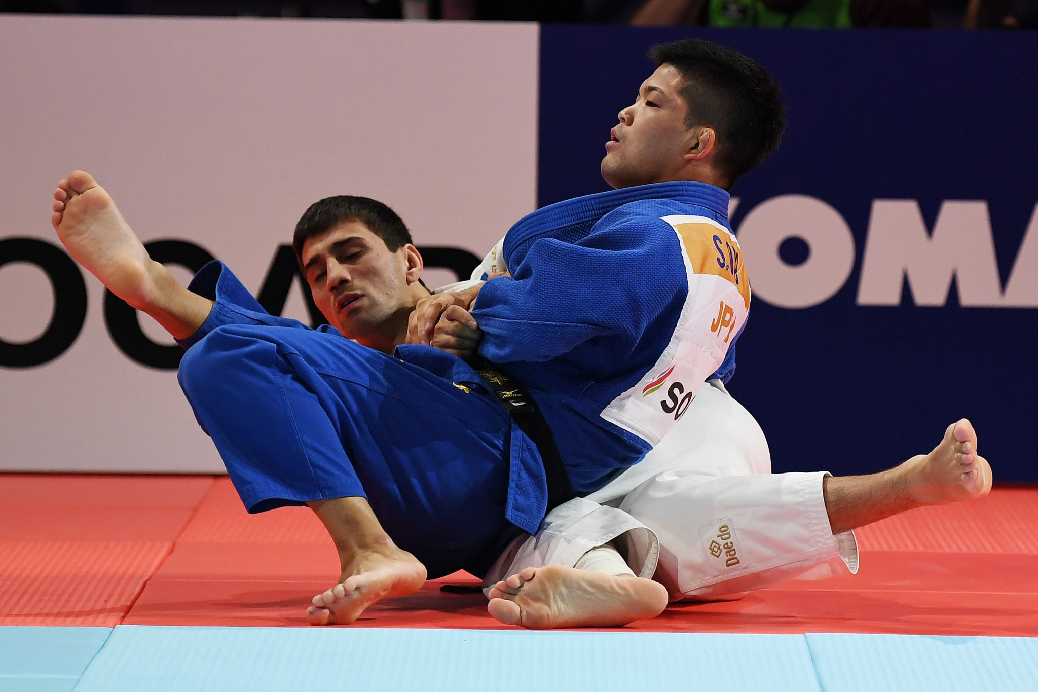 Shohei Ono throws Rustam Orujov on his way to claiming his third World Championship victory ©Getty Images