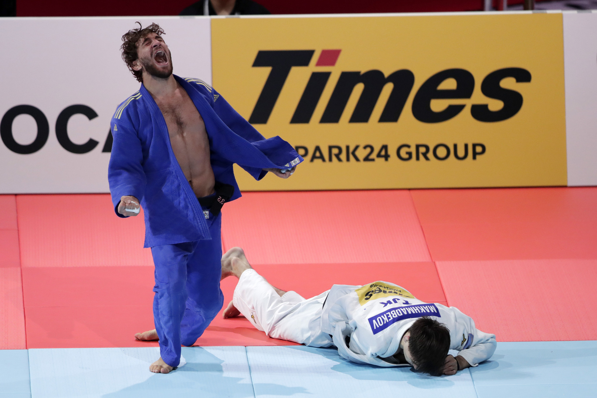 Hidayat Heydarov, blue, of Azerbaijan celebrates victory over Somon Makhmadbekov of Turkmenistan after their 13-minute long bronze medal match ©Getty Images