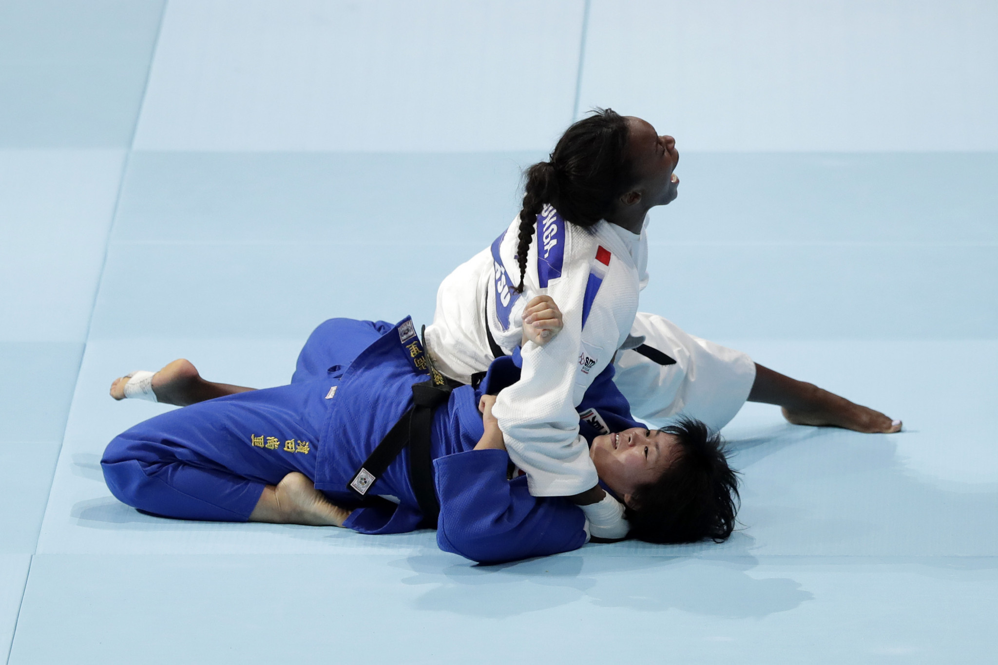 Madeleine Malonga, in white, of France celebrates her victory over Shori Hamada of Japan ©Getty Images