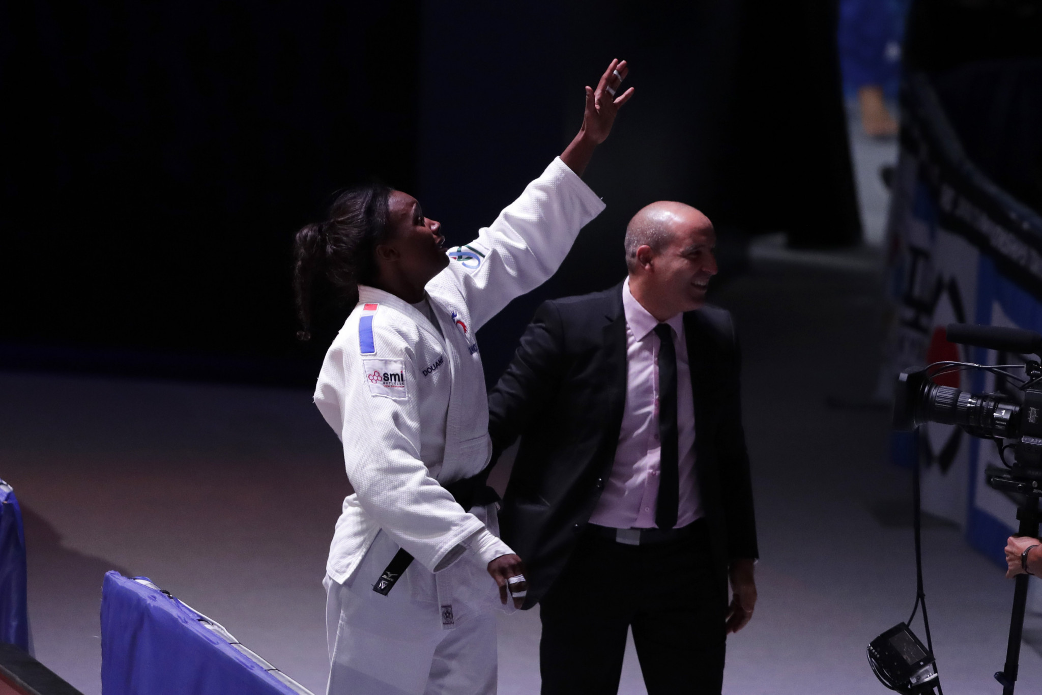 Malonga waves to the crowd after sealing France's third gold of these Championships ©Getty Images