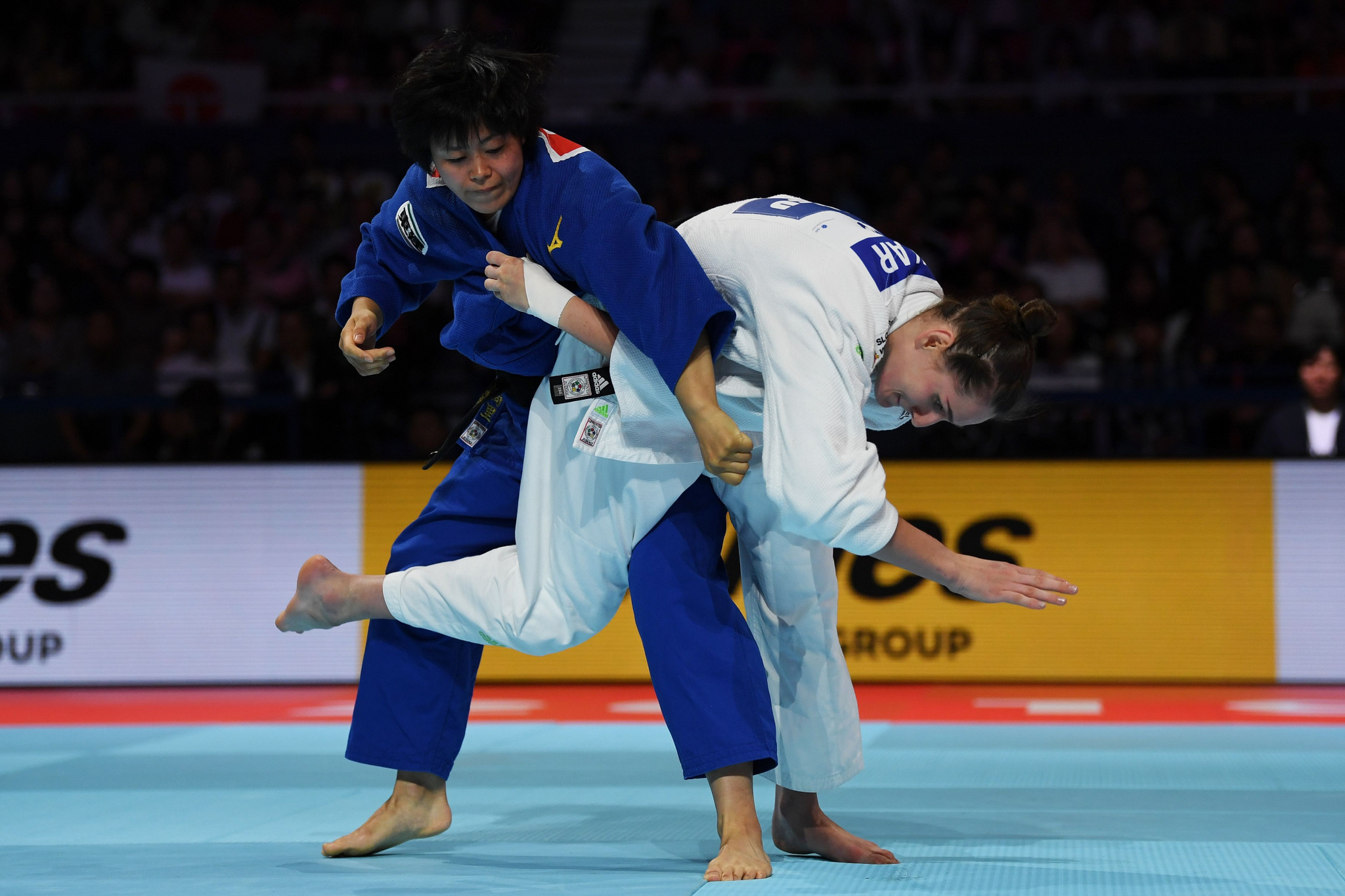 Hamada, in blue, was not able to defend her world title in front of a home crowd in Tokyo ©Getty Images