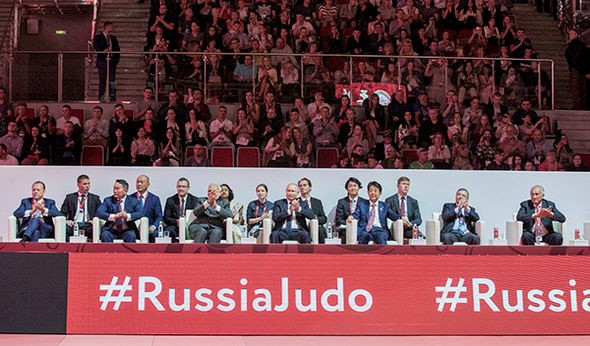 Dignitaries watched the competition during the Eastern Economic Forum ©IJF